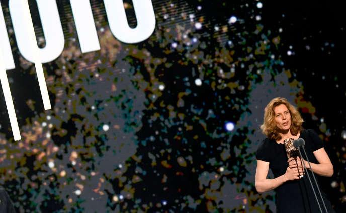 Claire Mathon reçoit le César de la meilleure photo pour le film «Portrait de la jeune fille en feu», à la salle Pleyel, à Paris, le 28février.