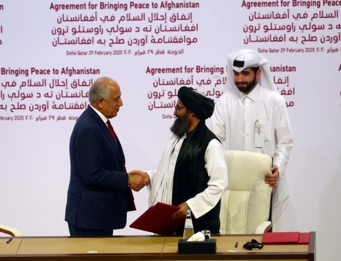 L'envoyé spécial des Etats-Unis, Zalmay Khalilzad, et le cofondateur des talibans, le mollah Baradar, à Doha, au Qatar, le 29février 2020.