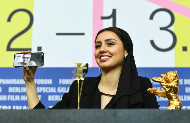 Interdit de quitter son pays, l'Iranien Mohammad Rasoulof a réagi à son prix, le 29février à Berlin,via téléphone interposé, tenu par sa fille Baran.