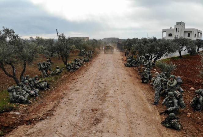 Des soldats turcs se rassemblent dans le village de Qaminas, à environ 6 kilomètres de la ville d'Idlib, au nord-ouest de la Syrie, le 10 février.