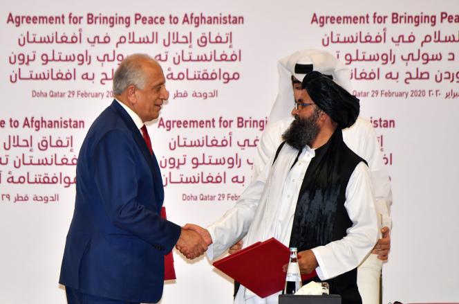 L'envoyé spécial des Etats-UnisZalmay Khalilzad et le cofondateur des talibans, le mollahAbdul Ghani Baradar, à Doha, au Qatar, le 29février.