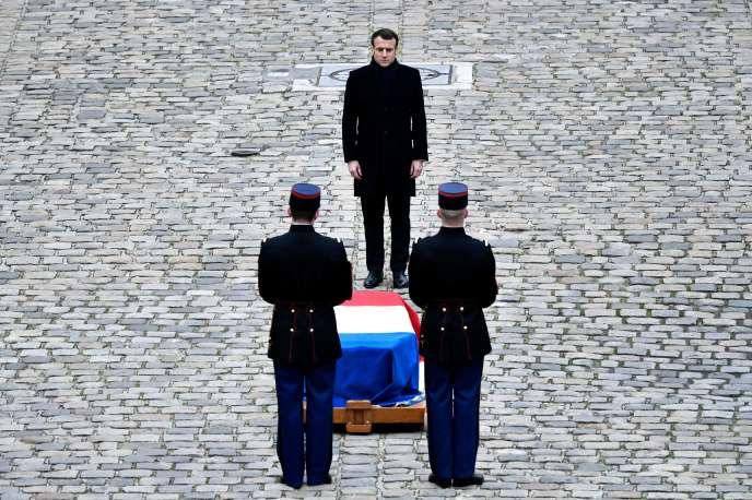 Emmanuel Macron devant le cercueil de Jean Daniel lors d'un hommage national en sa mémoire, à l'hôtel des Invalides à Paris, le 28 février.