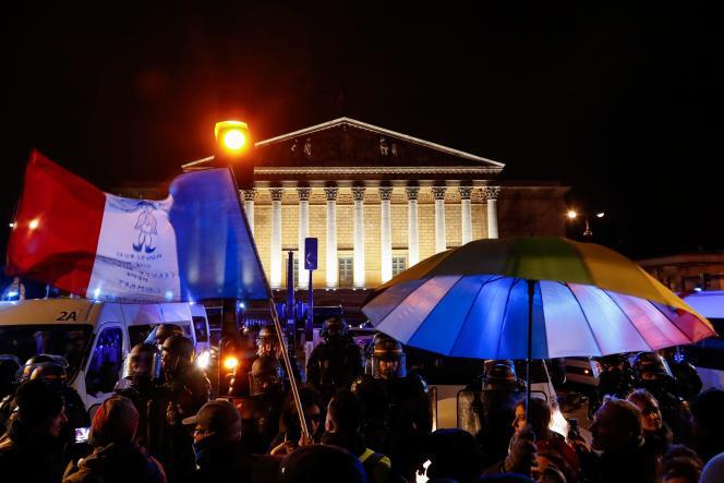 Mobilisation devant l'Assemblée nationale après l'annonce du recours au 49.3, samedi 29 février.