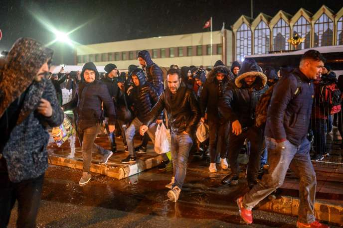 Les migrants se dirigent vers la frontière grecque après être sortis d'un train en provenance d'Istanbul, près de Pazarkule (Turquie), le 28 février.