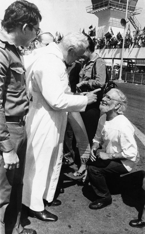 Le pape Jean Paul II réprimande Ernesto Cardenal sur le tarmac de l'aéroport de Managua à son arrivée, le 4 mars 1983.