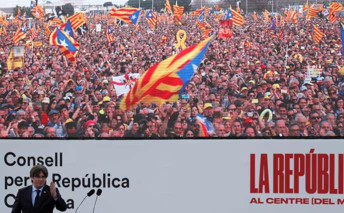 Le chef séparatiste catalan Carles Puigdemont s'adresse à la centaine de milliers de militants indépendantistes rassemblés à Perpignan, le 29 février.