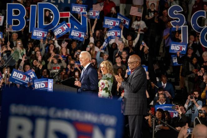 Joe Biden, au côté de son épouse Jill, célèbre son écrasante victoireà la primaire démocrate en Caroline du Sud, à Columbia, le 29 février.