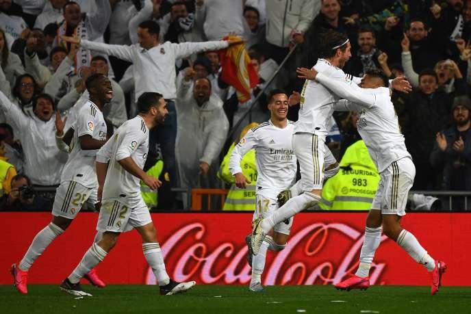 Les joueurs du Real Madrid célèbrent la victoire au stade Santiago Bernabeu à Madrid, dimanche 1er mars.