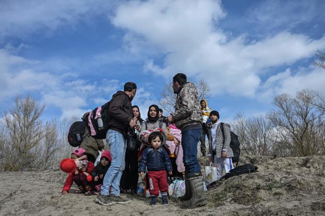 Des migrants attendent un bateau pour traverser la rivière Maritsa, à Edirne, pour rejoindre la rive grecque, le 1er mars 2020.