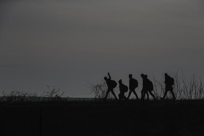 Des migrants au point de passage de Pazarkule, en Turquie, le 29 février.