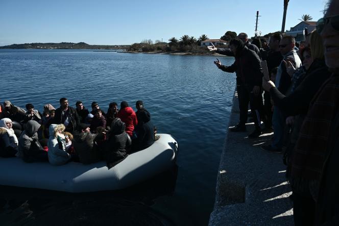 Des habitants de Lesbos tentent d'empêcher un bateau de migrants d'accoster sur leur île, le 1er mars.