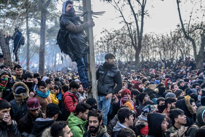 Des migrants aupoint de passage de Pazarkule, en Turquie, le 29 février.
