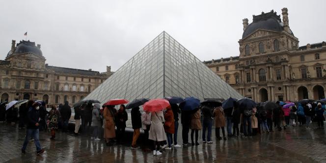Le musée du Louvre à Paris, dimanche 1er mars.