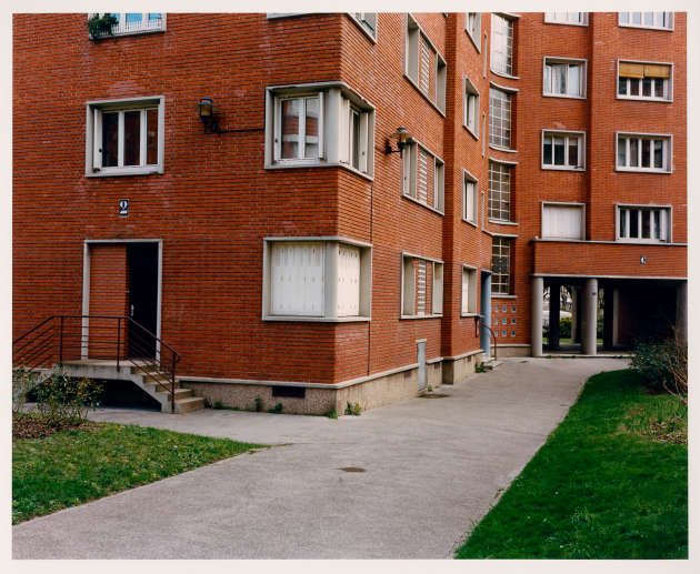 La cour d'une cité d'habitations bon marché, boulevard Mortier, dans le quartier des Fougères, Paris 20e.