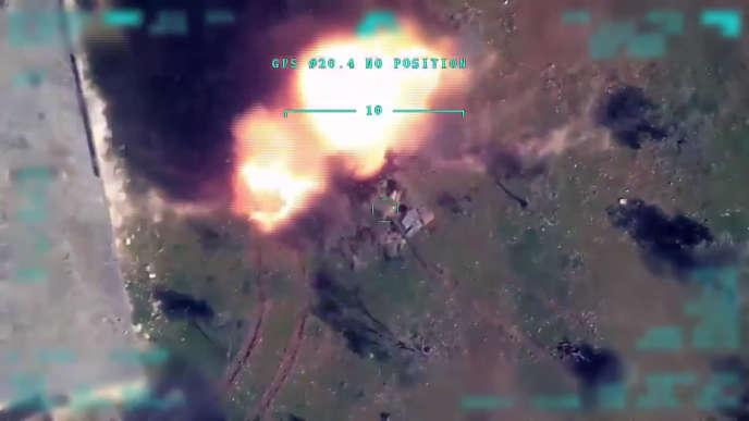 Cette photo tirée d'une vidéo diffusée par le ministère turc de la défense montre une frappe aérienne de la Turquie sur Idlib, en Syrie,le 1er mars.