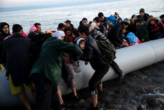 Des migrants d'Afghanistan arrivent en canot sur une plage de l'île de Lesbos, enGrèce, le 2mars2020.