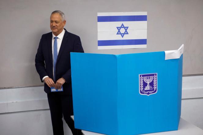 Le chef de file du mouvement Bleu et Blanc, Benny Gantz, dans son bureau de vote, à Rosh Ha'ayin, le 2 mars 2020.