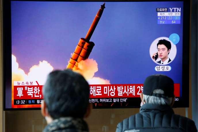 A Séoul, les chaînes d'information retransmettent le tir de projectiles nord-coréens, lundi 2 mars.