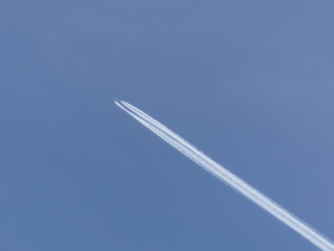 Mais le téléobjectif révèle un avion de ligne.
