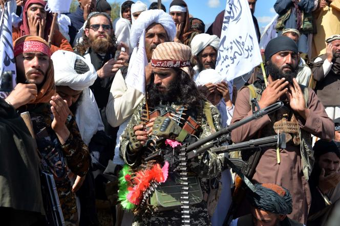 Rassemblement de talibans et de villageois dans le district d'Alingar, dans la province de Laghman, le 2 mars 2020.