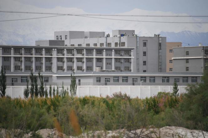 Ce bâtiment, photographié en juin2019 dans le district d'Akto, dans la région autonome ouïgoure du Xinjiang, dans le nord-ouest de la Chine, est considéré comme servant de camp de rééducation où sont détenues des minorités ethniques musulmanes.