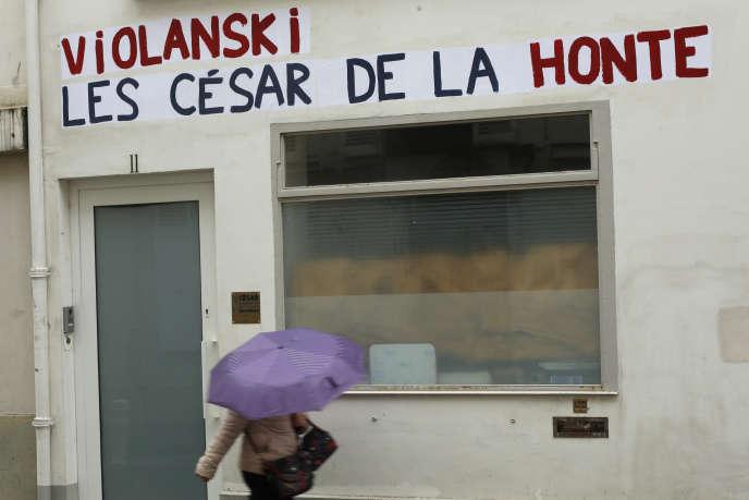 Le siège de l'Académie des Césars tagué d'un graffiti«Violanski, les César de la honte», à Paris, le 27 février.