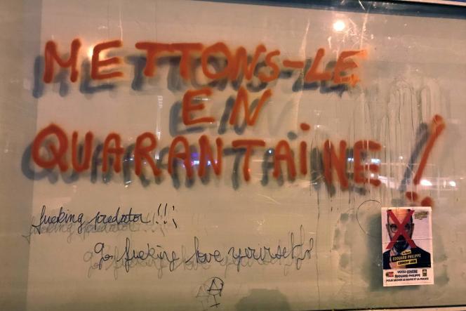 Un graffiti indiquant «Mettons-le en quarantaine» recouvre le mur du siège de la campagne municipale d'Edouard Philippe, au Havre, le 29 février.