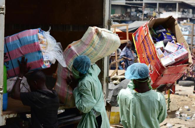 Saisie de faux médicaments sur un marché d'Abidjan, en mai 2017.