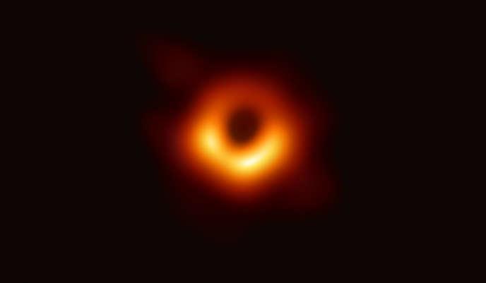 Première image d'un trou noir, révélée, en avril 2019, par les scientifiques de la collaboration Event Horizon Telescope.