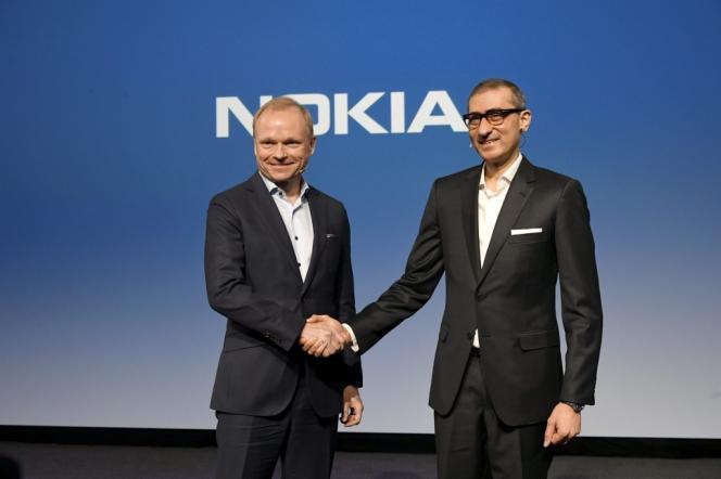 Le PDG de Nokia, Rajeev Suri (à droite), et son successeur, Pekka Lundmark, à Espoo, en Finlande, le 2 mars.