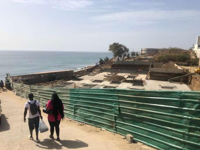 Une nouvelle construction sur le littoral de Dakar, à quelques mètres de l'eau et tout près de la plage sauvage et prisée des Mamelles, le 1er mars.