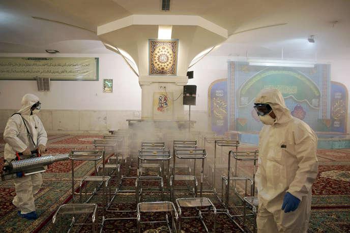 Désinfection du mausolée de l'imam Reza, à Machhad, le 27 février.