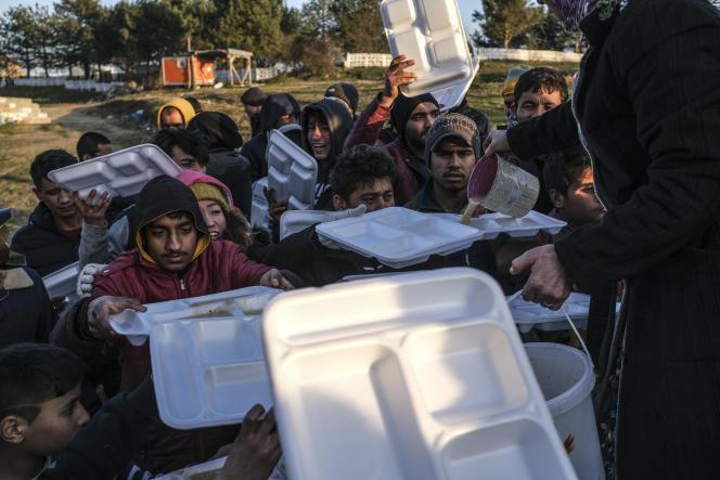 A Doyran (Turquie), le 2 mars, des volontaires distribuent de la nourriture à des réfugiés afghans.