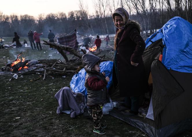 A Doyran (Turquie), le 2 mars, des migrants installent un campement de fortune près des rives du fleuve Evros, frontière entre la Turquie et la Grèce.