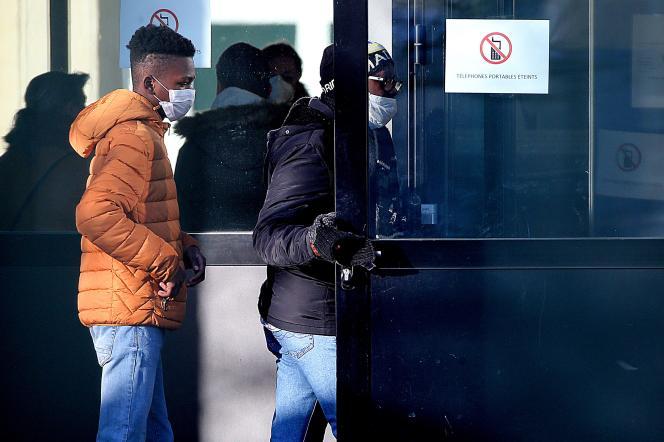 Des étudiants et leurs parents arrivent à l'école Jean-de-la-Fontaine de Crépy-en-Valois (Oise) le 3 mars.