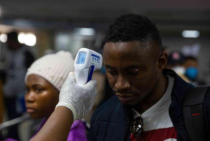 Température testée à l'aéroport international de Murtala à Lagos, le 2 mars 2020. Le Nigeria surveille 58 personnes qui ont été en contact avec un Italien infecté par le nouveau coronavirus./ AFP / BENSON IBEABUCHI