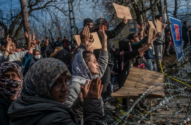 Des migrants se trouvant à la frontière entre la Turquie et la Grèce, à Erdine, le 3 mars.