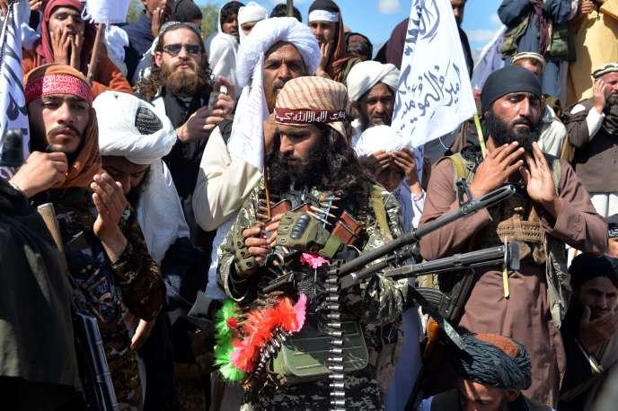 Des militants talibans afghans célèbrent l'accord de paix et leur victoire dans le conflit afghan sur les États-Unis en Afghanistan, dans le district d'Alingar, province de Laghman, le 2 mars.