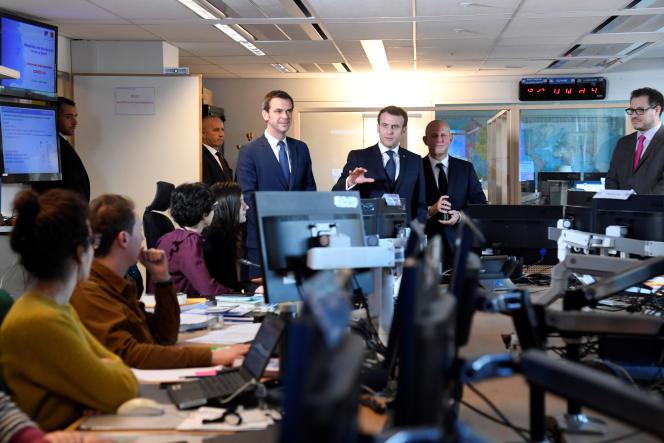 Emmanuel Macron visite le Centre opérationnel de régulation et de réponse aux urgences sanitaires et sociales le 3 mars à Paris.