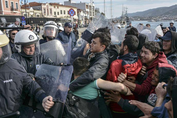 La police grecque repoussent des migrants dans le port de Mytilène, sur l'île de Lesbos, le 3 mars.