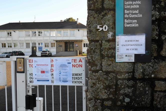 Devant l'un des lycées d'Auray (Morbihan), fermé par mesure de sécurité face aucoronavirus, le 2 mars.