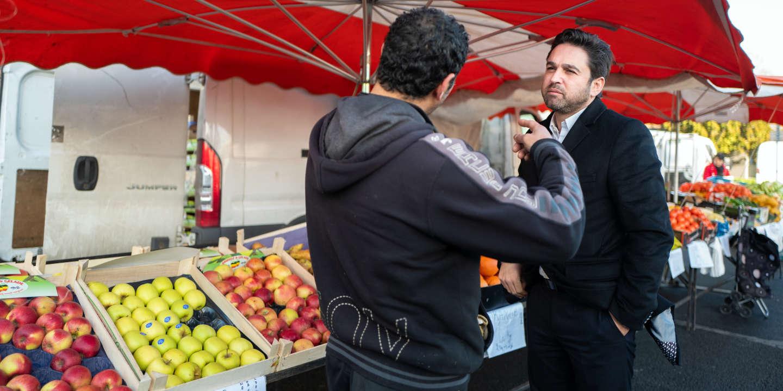 Arnaud Robinet, maire de Reims et candidat à sa réélection, rend visite aux commerçants du marché Jean Moulin à Reims, le 11 février 2020.
