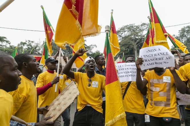 Devant l'ambassade de France à Yaoundé le 25 février 2020.
