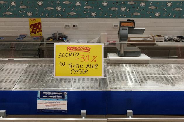 Un étal à poisson au supermarché de Codogno, l'une des autres villes fermées, à quelques kilomètres de là, le 25 février.