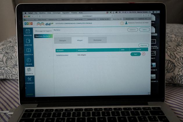 Enseignant dans le primaire, Marzio Toniolo diffuse leurs devoirs à ses élèves via le site web de l'école. Il continue à enseigner alors que les écoles sont fermées, le 27 février.
