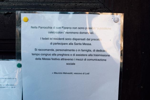 Un panneau à l'entrée d'une église locale conseille aux fidèles de prier à la maison et que la messe du dimanche est annulée, le 22 février.