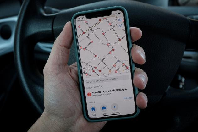 Sur le téléphone de Marzio, une carte GPS indique toutes les routes bloquées pour cause de confinement, à Codogno, le 28 février.
