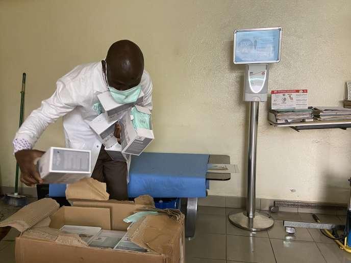 A l'hôpital Laquintinie de Douala, la capitale économique camerounaise, quelques cartons de matériels de protection contre le coronavirus.