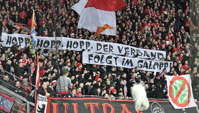 Des banderoles hostiles à Dietmar Hopp, le propriétaire de Hoffenheim, déployées lors du match Bayer Leverkusen - Union Berlin, le 4 mars 2020.