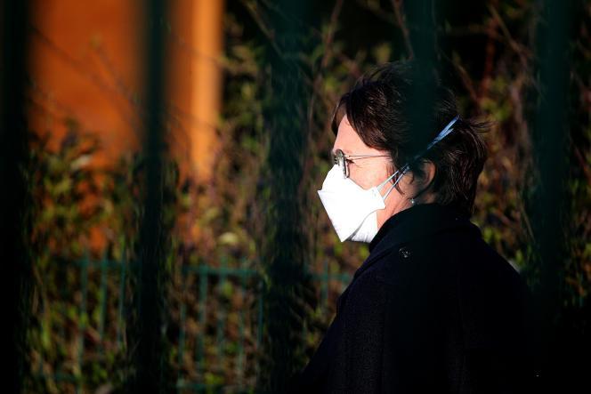 Une employée du collège Jean-de-La-Fontaine à Crépy-en-Valois (Oise) porte un masque, alors que des tests sont menés dans l'établissement, le 3mars.